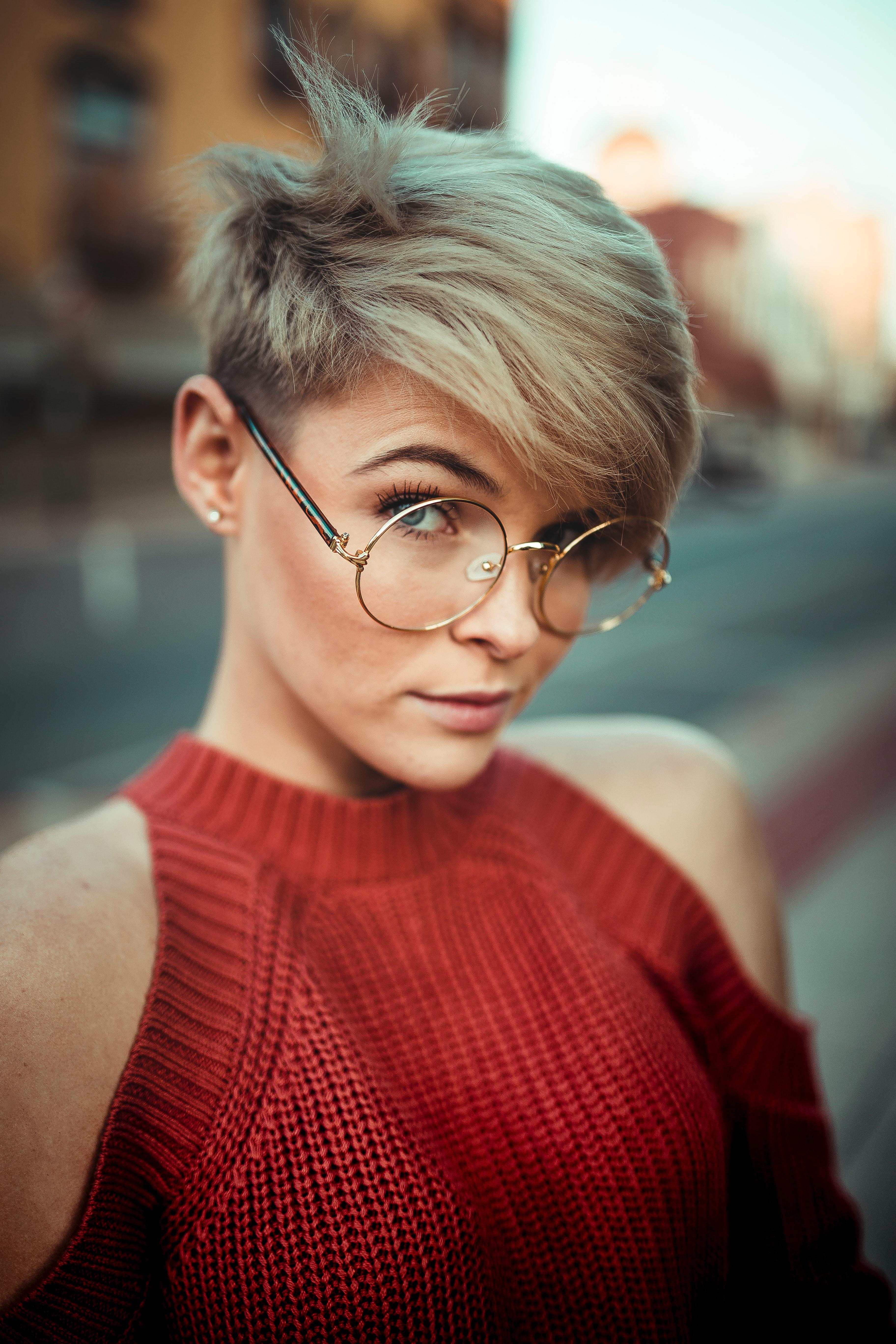 Odbarvení + toner + foukaná krátké vlasy - 1700 Kč